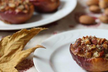 Mele al forno con prugne secche, mandorle e crema di semi di sesamo (tahin)